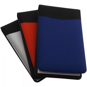 Calculadora com bloco de anotações de couro sintético nas cores azul, prata e preto com mini caneta de plástico.