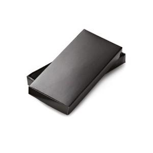 Caixa de papelão preta com almofada para chaveiros.