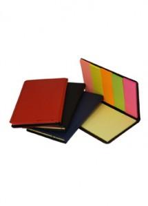 Bloco de anotação com capa de couro sintético, post-it colorido.