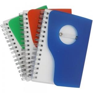 Bloco de anotações com capa de plástico resistente, caneta esferográfica e aproximadamente 100 folhas.